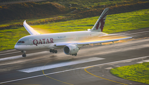 qatar airways 787 dreamliner landing
